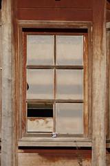 Cristalera de una casa de madera deteriorada