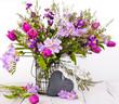 Herzliche Grüße mit lila und blauen Frühlingsblumen