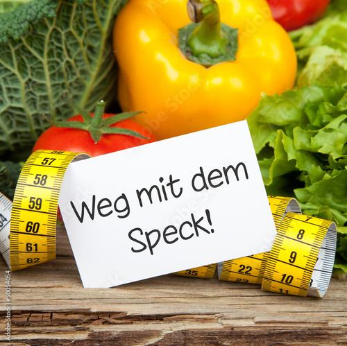Gemüse auf Holz mit Zettel und Maßband WEG MIT DEM SPECK!