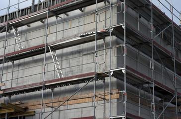 Baugerüst an Betonbau