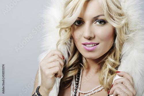 Portret pięknej blondynki w lokach Poster