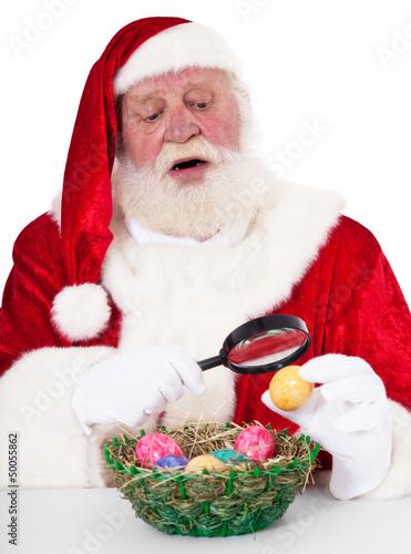 Weihnachtsmann betrachtet verwundert Ostereier