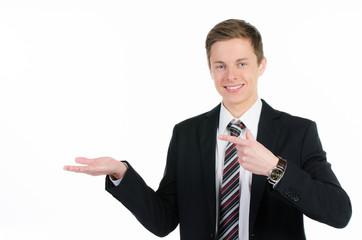 junger mann deutet auf handfläche