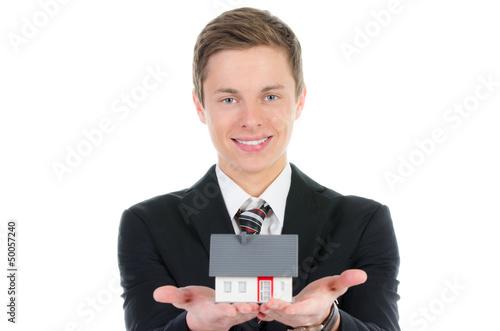 businessman präsentiert miniaturhaus