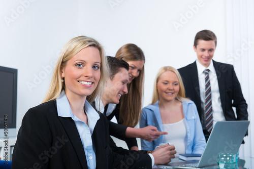 junge angestellte in einer teambesprechung