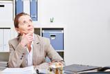 Nachdenkliche Frau im Büro