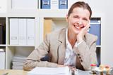 Glückliche ältere Frau im Büro