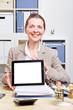 Frau zeigt Bildschirm von Tablet Computer
