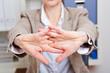 Frau mit Rückenschmerzen dehnt sich im Büro