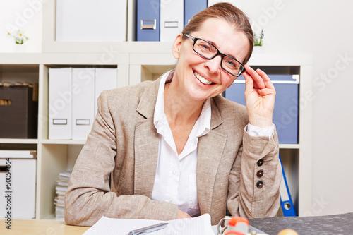 Kurzsichtige Frau mit Brille im Büro