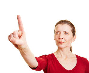 Frau hält Zeigefinger hoch