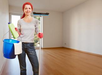 Putzfrau in einem sauberen Zimmer