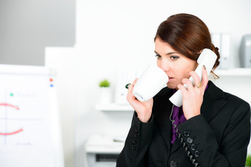 junge frau telefoniert während der pause