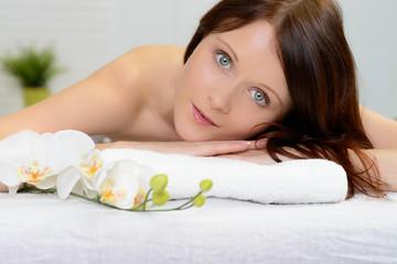 brünette junge frau bei der massage