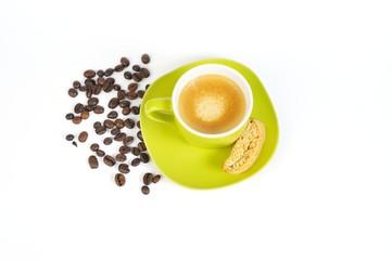 espressotasse grün mit kaffebohnen und crostini