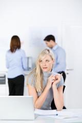 genervte geschäftsfrau am arbeitsplatz