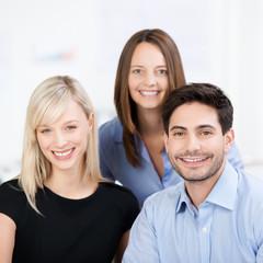lächelndes team im büro