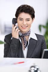 freundliche rezeptionistin am telefon