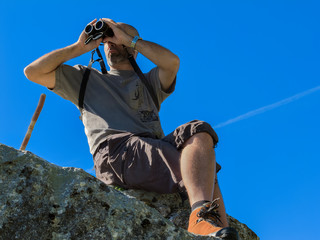 montagnard observant la nature dans les alpes