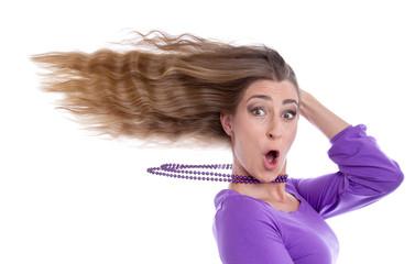 Partystimmung - Frau mit verwehtem Haar isoliert in Violett