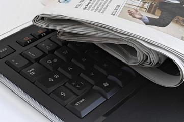 Tastatur und Zeitungen