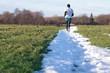 Mężczyzna biegający po pasie śniegu