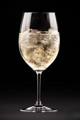 Бокал вина со льдом