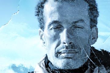 volto di uomo dietro lastra di ghiaccio closeup