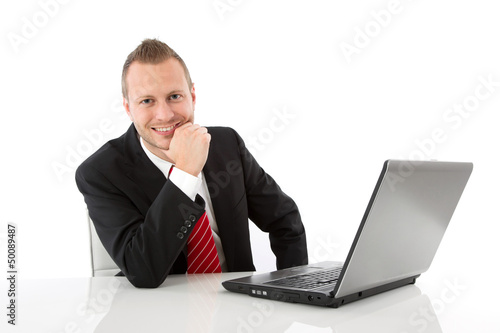 Attraktiver Geschäftsmann isoliert sitzend am Schreibtisch