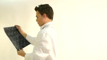 medico mirando escaner