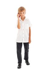 Мальчик разговаривает по мобильному телефону.