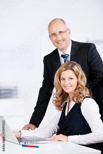 kompetente geschäftsleute am arbeitsplatz
