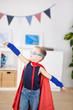 kleiner junge spielt superheld
