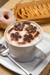 cappuccino con ciambelle e strudel