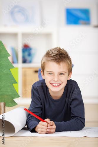 schulkind schreibt wunschzettel an das christkind