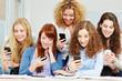 Viele Frauen mit verschiedenen Smartphones