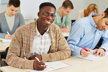 Lachender afrikanischer Student im Seminar