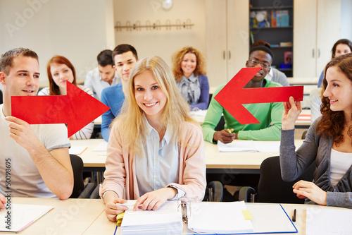 Studenten zeigen mit Pfeil auf Frau