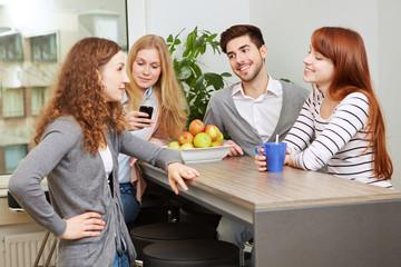 Kollegen machen Pause im Aufenthaltsraum