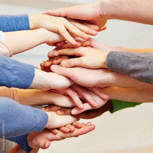 Zusammenhalt mit vielen Händen als Stapel
