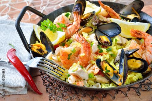 Paella mit frischen Meeresfrüchten und Huhn