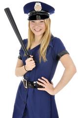 Junge Frau in Polizei-Uniform lacht