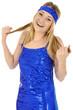 Junge Frau in blauem Disko-Kleid lacht