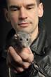 homme en blouson de cuir portant rat gris