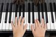 Enfant joue du piano
