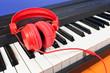 Casque rouge posé sur un piano électronique