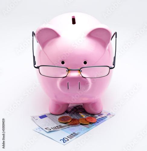 Tirelire avec lunettes sur billets et pièces euros
