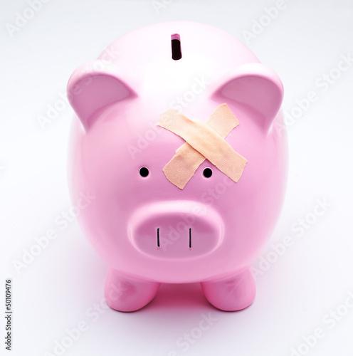Tirelire-cochon avec pansement adhésif