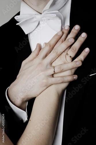 Obrączki ślubne na dłoniach małżonków