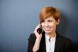 moderne junge frau telefoniert mit handy